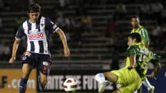 Neri Cardozo (L) of Monterrey struggles for the ball with Elder Vidad Valladares of Marathon during a match as part of the 2010 CONCACAF Champions League at the Tecnologico Stadium on September 14, 2010 in Monterrey, Mexico.