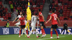 DOHA, QATAR - FEBRUARY 08: Mohamed El Shenawy of Al Ahly SC stretches for the ball under pressure from Thomas Mueller and Robert Lewandowski of FC Bayern Muenchen during the Semi-Final match between Al Ahly SC and FC Bayern Muenchen at the Ahmad Bin Ali Stadium on February 08, 2021 in Doha, Qatar. (Photo by David Ramos - FIFA/FIFA via Getty Images)